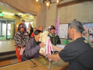 スペシャルクラス「名人」へは、米沢の伝統工芸『巨大お鷹ぽっぽ』
